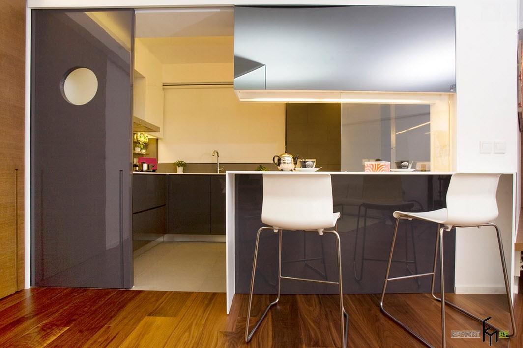 Раздвижная двкерь коричневого цвета в кухню