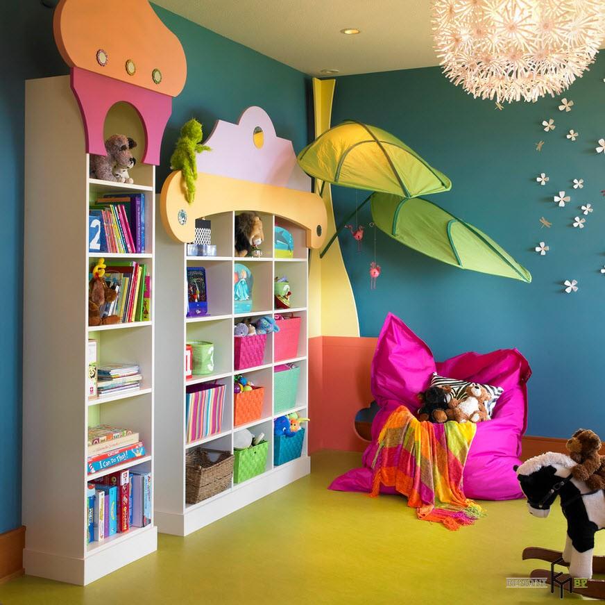 Кресло-подушка цвета фуксии и бирюзовые стены