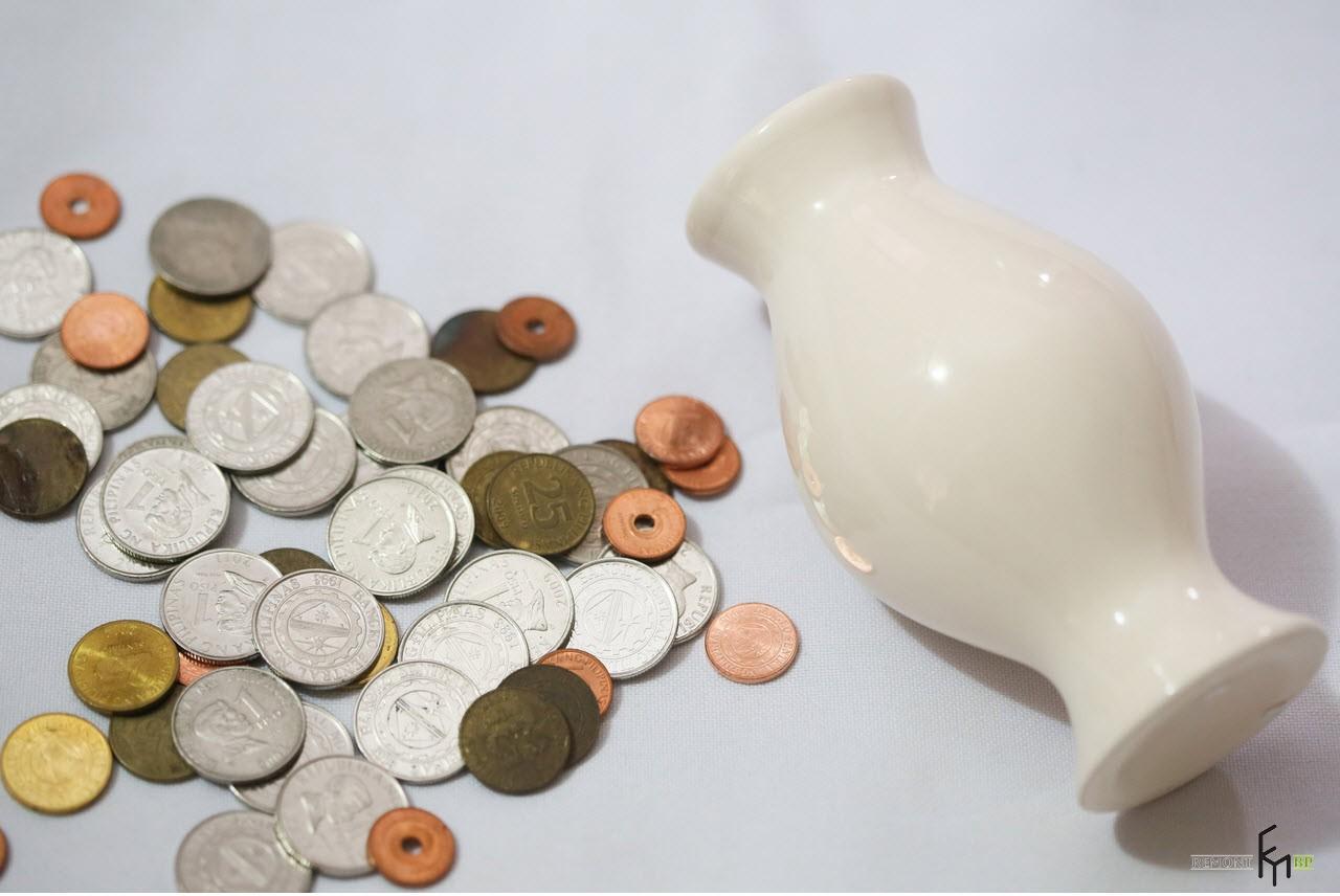 Монеты и белая ваза
