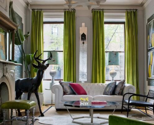 Просторная гостиная с зелеными портьерами
