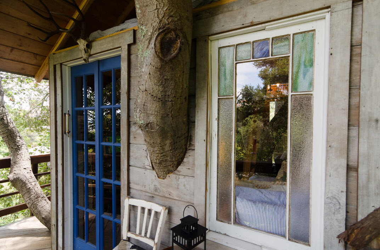Синяя дверь со стеклами