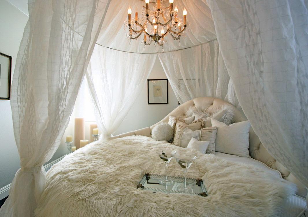 Балдахин создает романтическую атмосферу в спальне