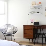Стол из дерева в спальне