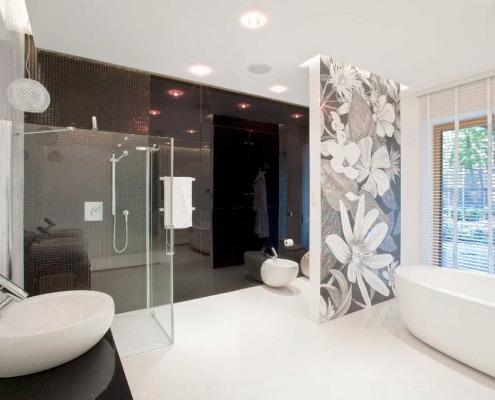 Черная мозаика на стене в ванной