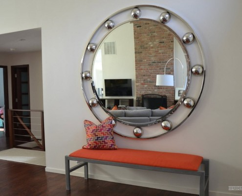 Зеркало в металлической раме с шариками
