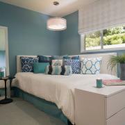Спальня девочки в голубых цветах