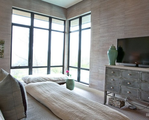 Угловое окно с бамбуковыми обоями