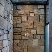 Летний душ, отделанный крупным декоративным камнем