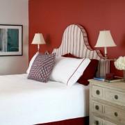Красная стена у изголовья кровати