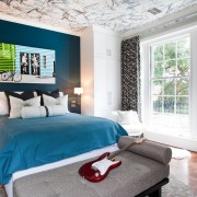 Синие элементы в комнате подростка