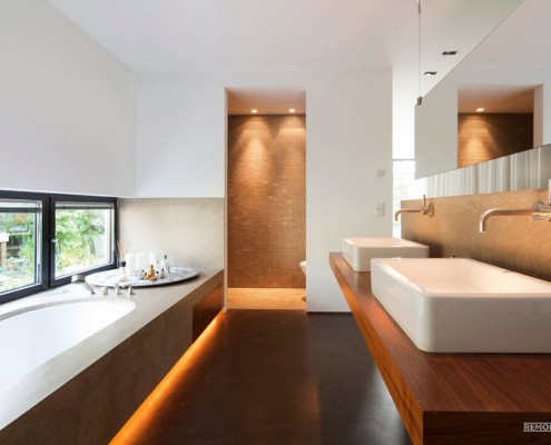 Длинное узкое окно в ванной комнате