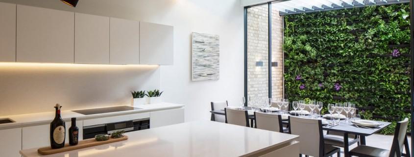 Белая кухня и черный светильник