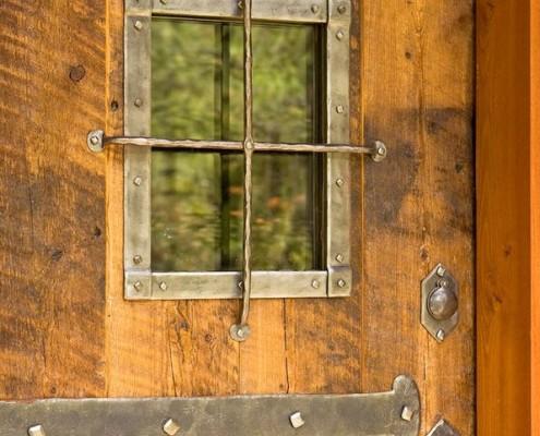 Кованные металлические элементы на двери