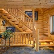 Сруб с деревянной лестницей