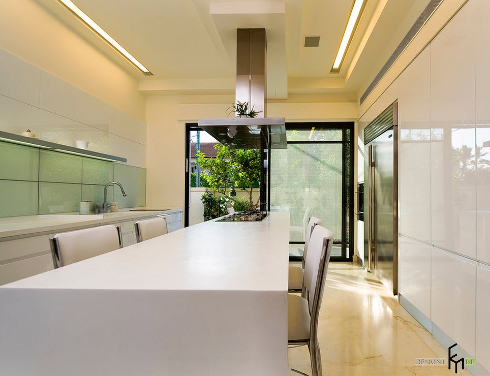 Бежевый потолок над белым столом