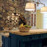 Каменная облицовка возле плиты