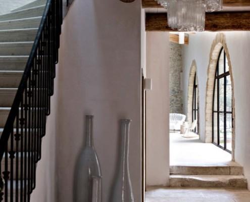 Три амфоры возле лестницы