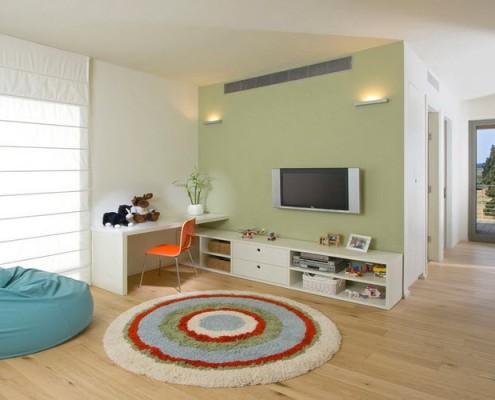 круглый коврик на полу и олубое кресло-мешок