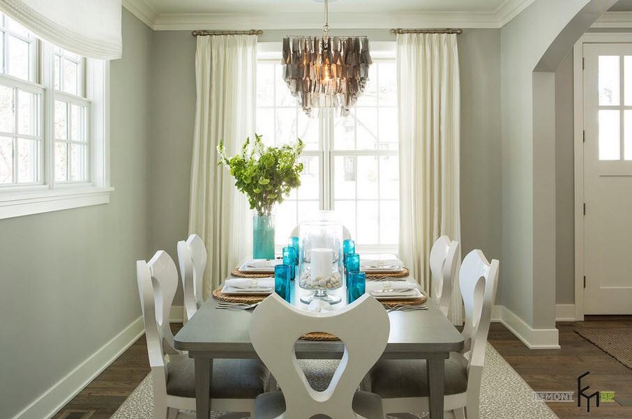 Акценты в светлом интерьере столовой с белыми шторами