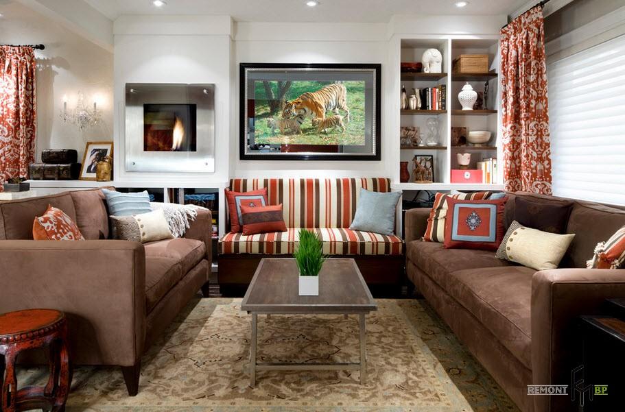 Полосатый диван и пестрые шторы