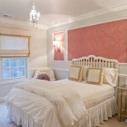 Оттенки красного на обоях спальни