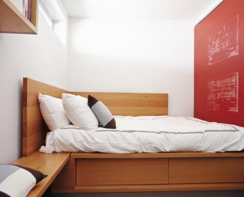 Красная стена как основной акцент помещения