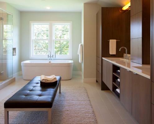 Вязаный коврик на полу в ванной