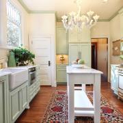 Белая люстра на белой кухне