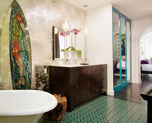 Комод с зеркалом в ванной