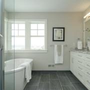 Сочетание белого с серым в ванной