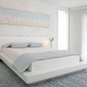 Прикроватные светильники в светлой спальне