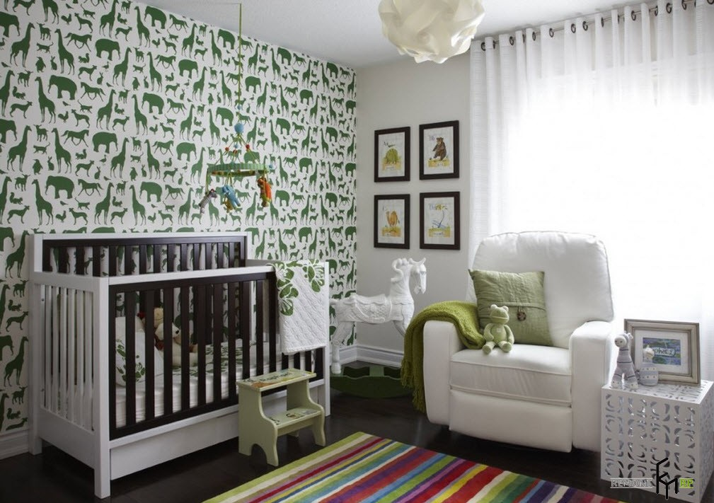 Зеленые изображения зверей на стене в детской