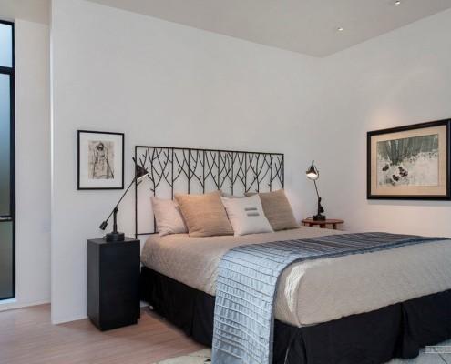 Черно-белый интерьер в спальной комнате