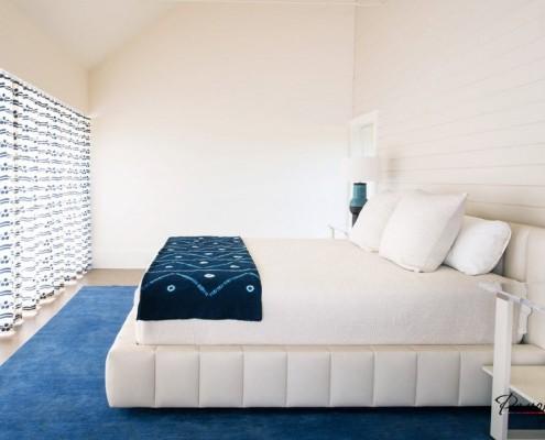 Синий и белый цвет в спальной комнате
