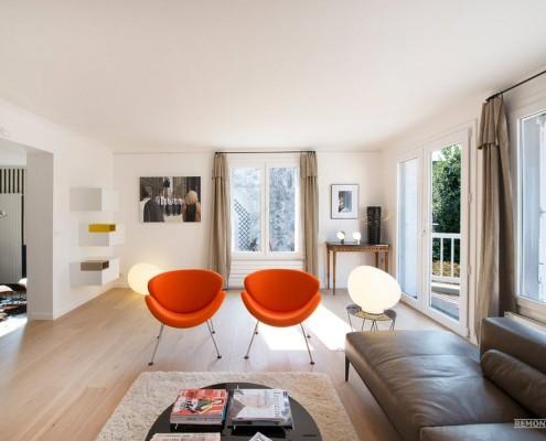 Два оранжевых кресла в зале