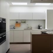 Фасады без ручек на кухонной мебели