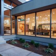 Панорамные окна в доме в стиле модерн
