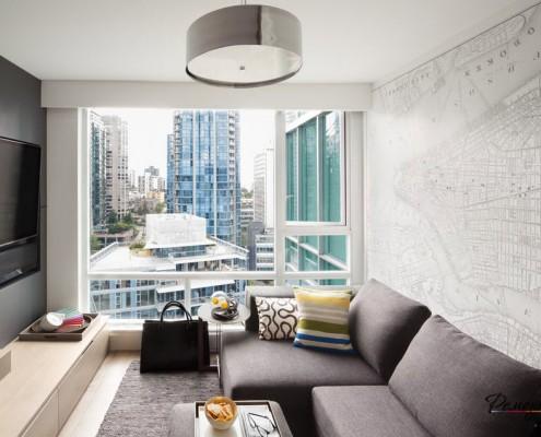 Панорамное окно в комнате с картой на стене