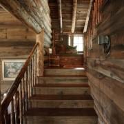 Лестница из дерева под цвет стен