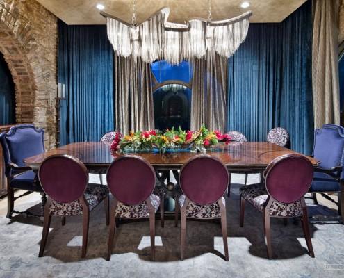 Пурпурные стулья вокруг стола
