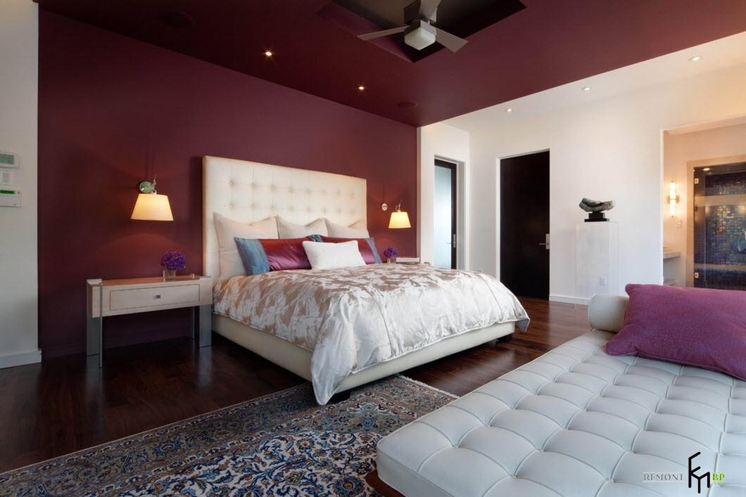 Бордовый потолок и стена в спальне