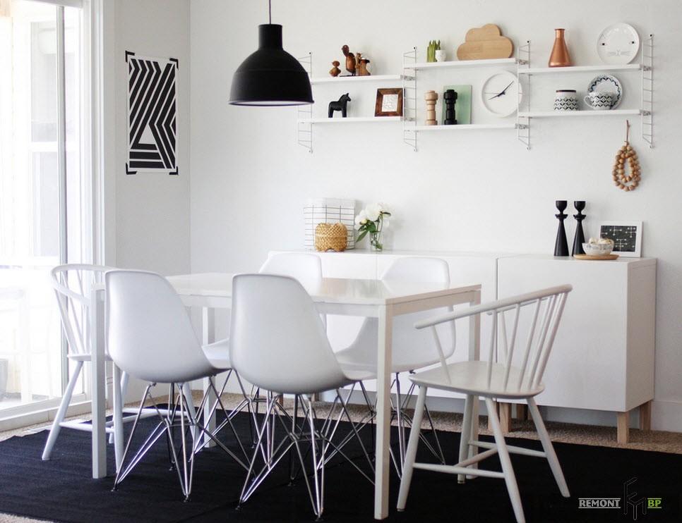 Столовая с белыми стульями