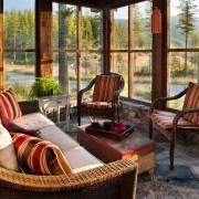 Полосатые подушки и кресла
