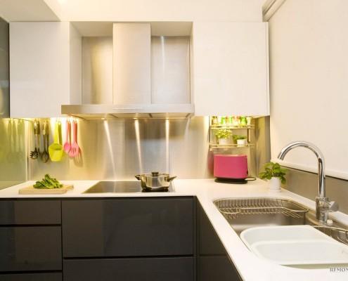 Белая кухня с коричневыми фасадами