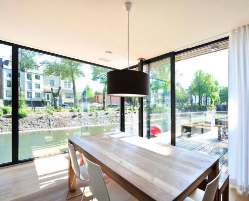 В столовой стиля модерн можно спокойно экспериментировать с освещением