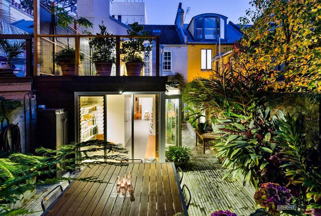 Уют домика с верандой и балконом