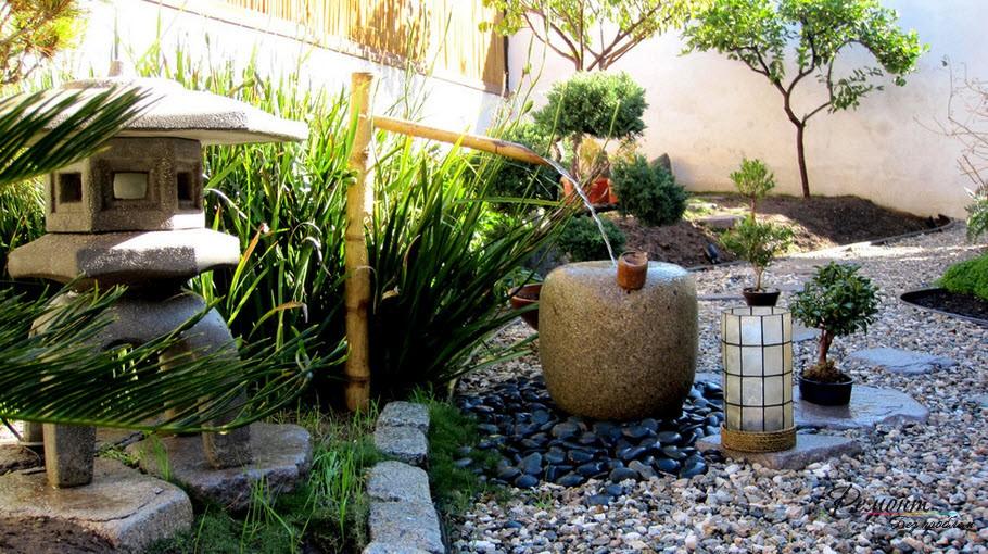 Струя воды наполняет каменную емкость