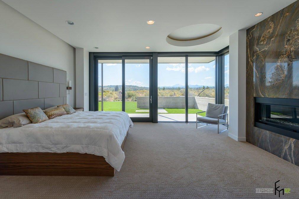 Просторная спальня с камином