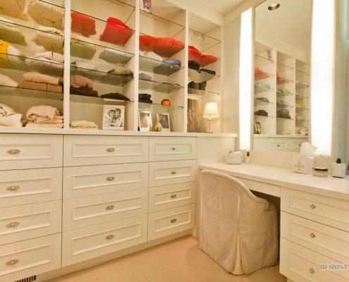 Открытые полки для одежды в гардеробной с туалетным столиком