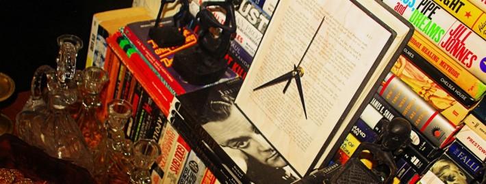 Часы-книга на книжной полке